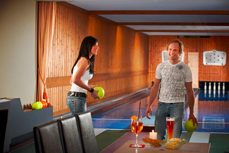 Kegeln Berghotel Hochfügen Skiurlaub Zillertal Freizeitaktivität Kegelhalle
