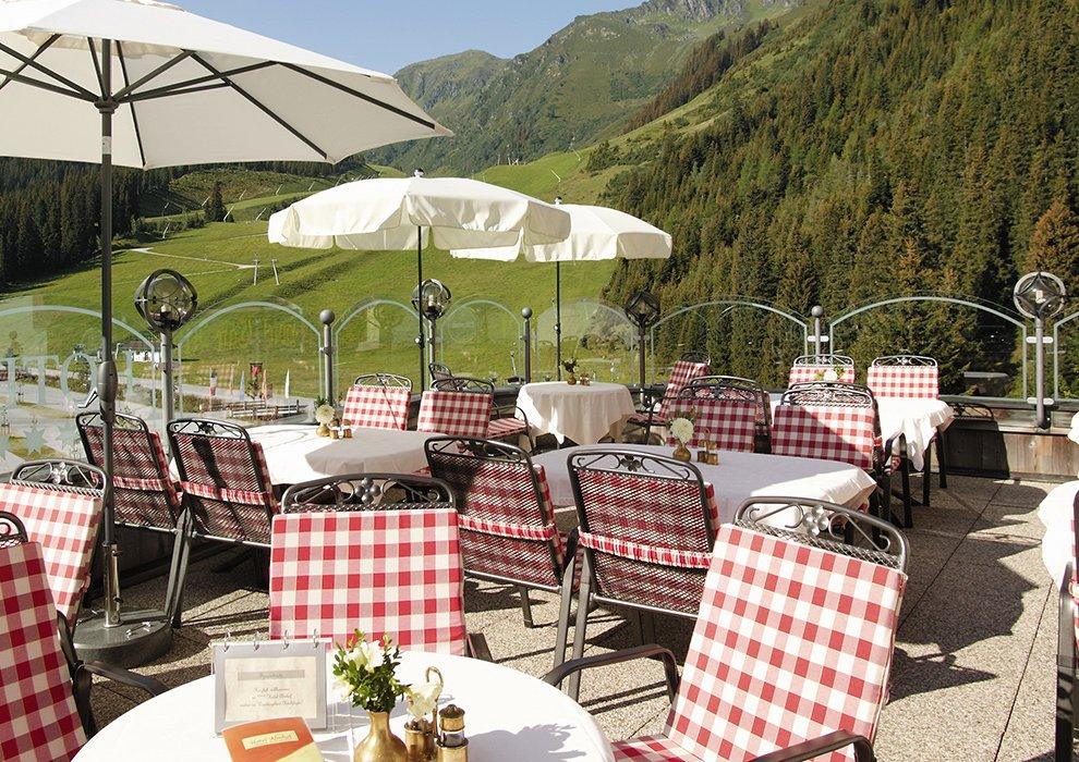 Kulinarik Almhof Sonnenterrasse Skiregion Zillertal Hochfügen Sonnenbaden