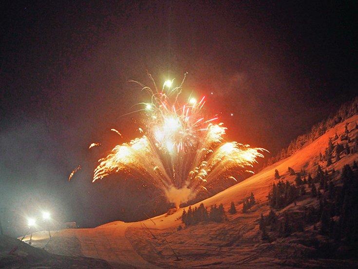 Feuerwerk Hochfügen Nacht Pyrotechnik Show Schneezauber Zillertal