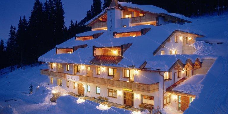Schnee Hochfügen Zillertal Nachtansicht Urlaub Buchen