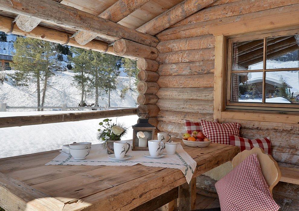 Hotel Almhof Winterlandschaft Holzverkleidung Landhausstil Inneneinrichtung Ferienhaus Skiurlaub