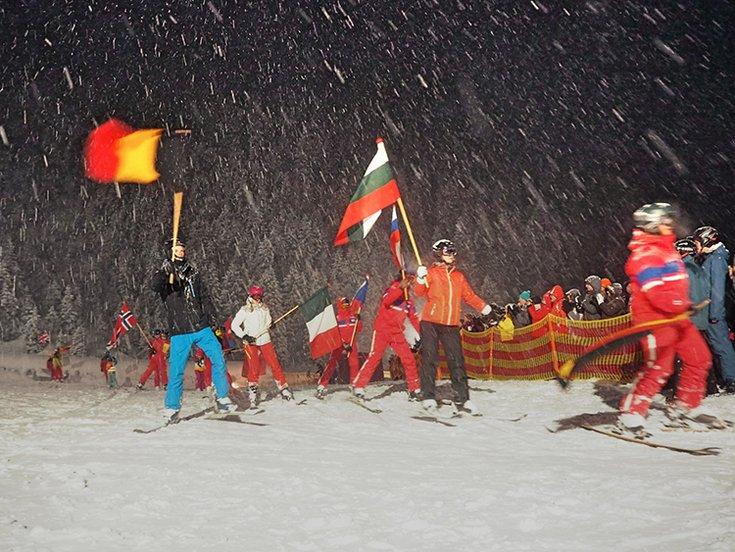 Hochfügen Skischulen Winter Tirol Flaggen-Skilauf Skispaß Zillertal Skiurlaub Hochfügen Nacht