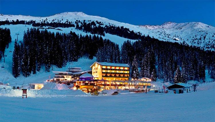 Berghotel Hochfügen Verwöhnangebot Alm Winter Zillertal Schnee