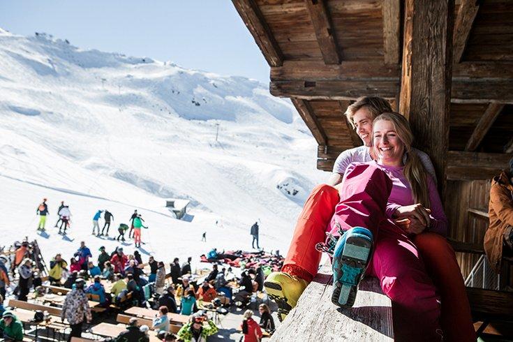 Hochfügen Winterurlaub Skifahren Sonnenterrasse Apres-Ski