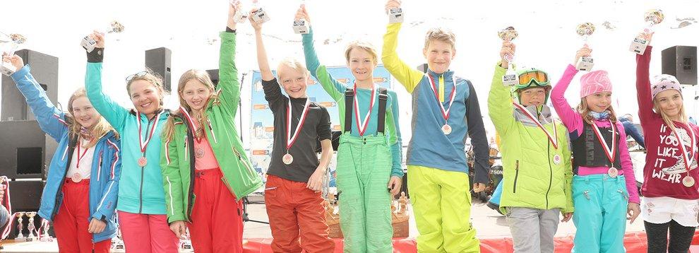 Gewinner Preisverleihung Sieger Kinderseilrennen Familie Hochfügen Skigebiet Zillertal