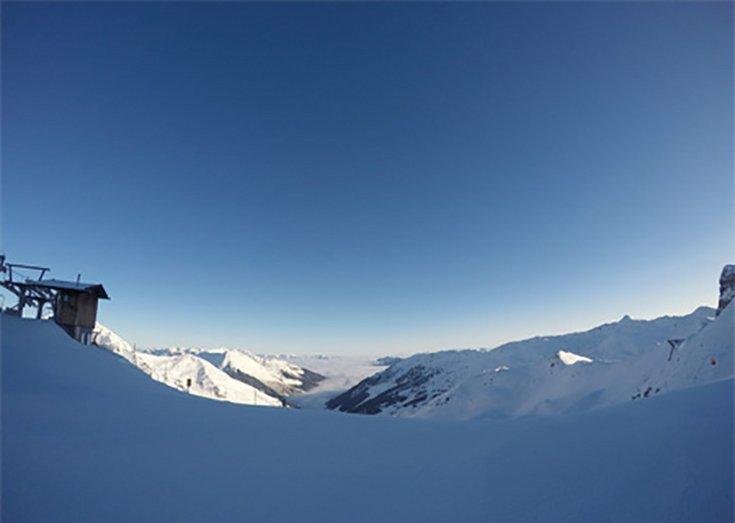 Skigebiet Hochfügen Skifahren Zillertal Sonnenschein Winterurlaub