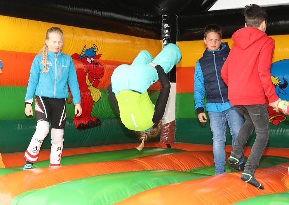 Hüpfburg Kinderspaß Familien Fun Kinderseilrennen Hochfügen Tirol Skigebiet