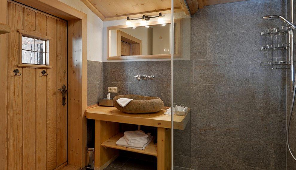 Hotel Almhof Skigebiet Hochfügen Badezimmer Zillertal Hotelzimmerausstattung
