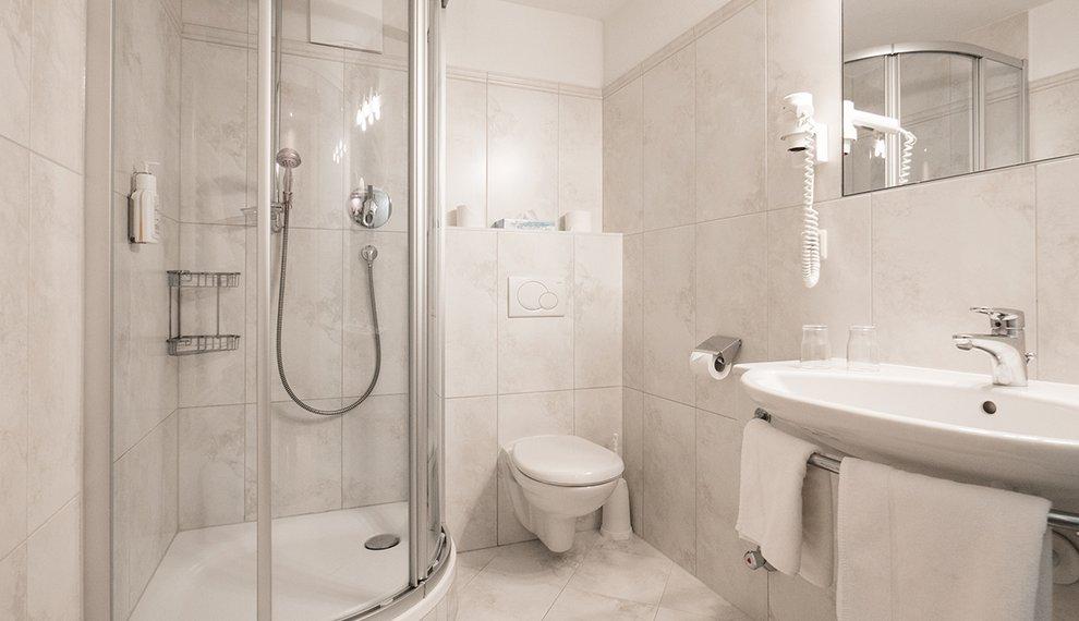 Zimmer Berghotel Hochfügen Badezimmer Zillertal Komfort