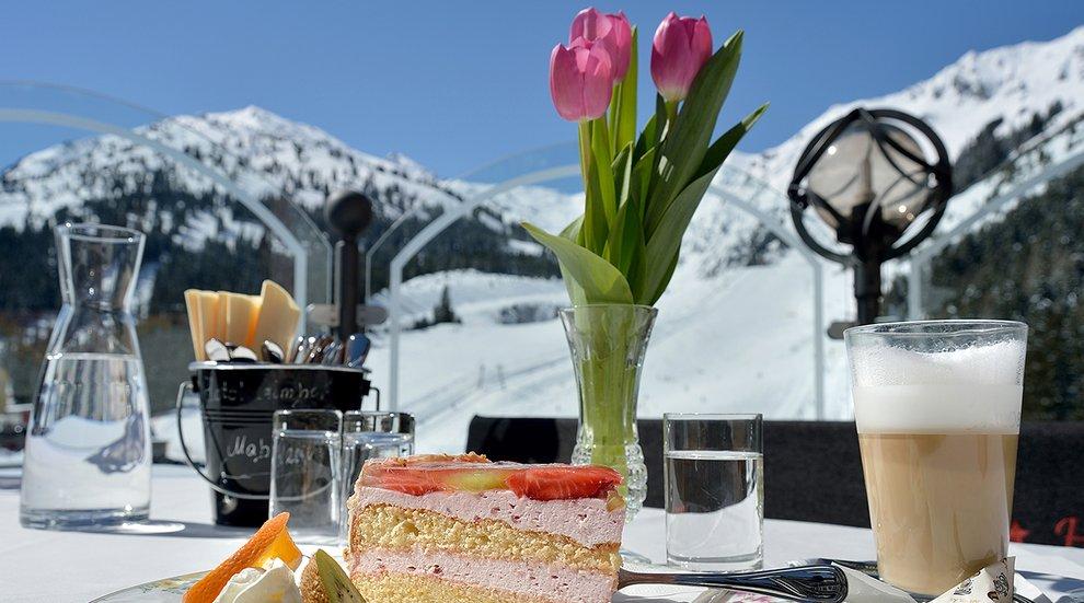 Hotel Almhof Frühstück Hochfügen Sonnenterrasse Skiregion Zillertal Genussregion