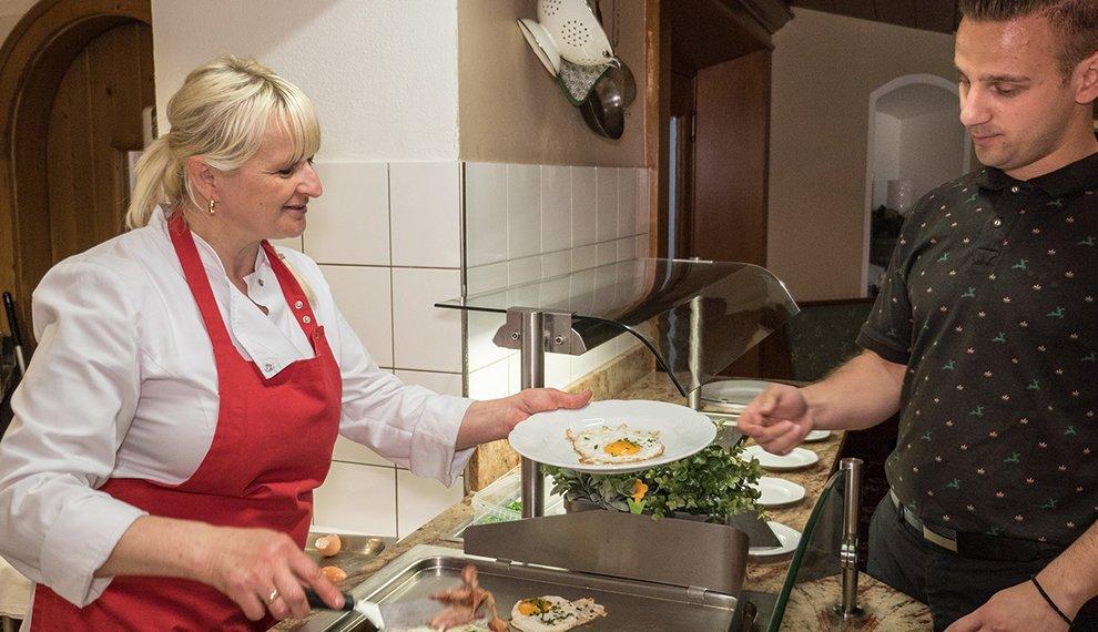 Berghotel Hochfügen Kulinarik SB-Restaurant Schneewirt Snacks Selbstbedienung