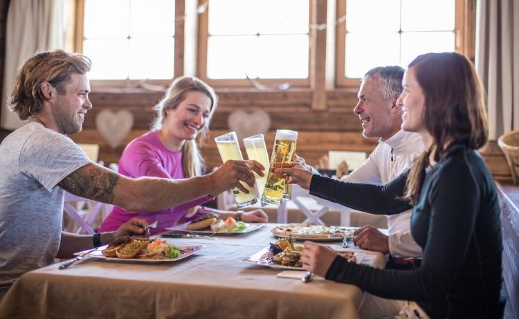 Hochfügen Montana Alm Restaurant Stüberl Skiurlaub Zillertal Winterurlaub